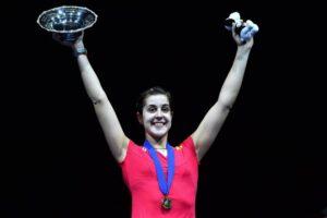 Carlina levantando un trofeo
